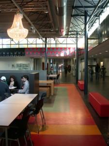 Tussen hoofdingang/receptie en aula ligt een binnenstraat vanwaaruit verschillende onderwijsruimten zoals de praktijklokalen en expositieruimten goed zichbbaar en bereikbaar zijn
