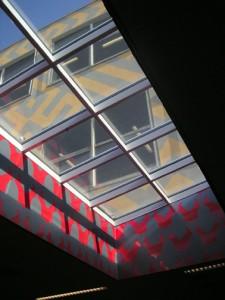 De bestaande bebouwing is lichter en luchtiger gemaak, bijvoorbeeld door glasvlakken in het dak