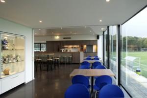 Interieur kantine met bar, met behulp van schuifwanden kan de ruimte opgesplitst worden