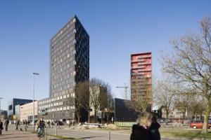Aan de cambridgelaan bevindt zich helemaal links de universiteitsbibliotheek, aansluitend aan het oude deel van de Hogeschool, de nieuwe uitbreideing en de twee woontorens van Köther en Salman