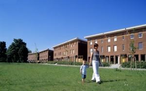 Woonhuizen aan het voorpark. De entreesliggen hoger dan het straatniveau waardoor er meer privé buitenruimte ontstaat