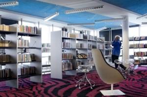 Interieur bibliotheek met themawinkels