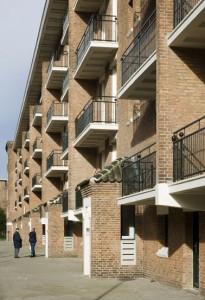 Straatgevel met opgelaste strip aan balkonhekken