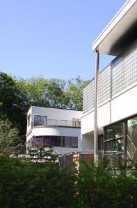 Woning doet qua materiaal gebruik recht aan naastgeleden villa naar ontwerp van Van Loghem