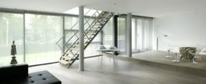 De werkkamer staat met open trap in verbinding met de woonkamer