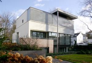 Voor een woonprogramma van 3 etages is de villa verdiept in de tuin aangelegd