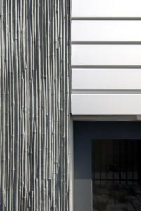 Detail buiten gevel, Aluninium kozijnen en polyesterbeton elementen met bamboerelief