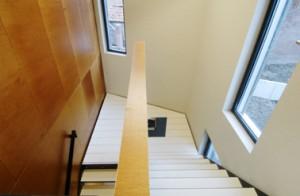Trappenhuis, het warme hout contrasteert met de neutrale vloer