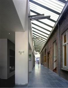Tussen de oude en nieuwe vleugel van 't patronaat is een binnenstraat met glazen dak