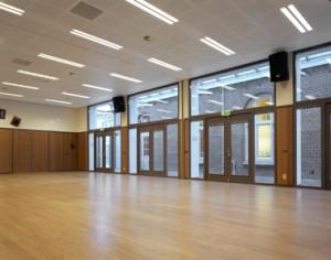 De vloer- en wandafwerking en veel glas maken de opdeelbare nieuwe zaal licht en sterk