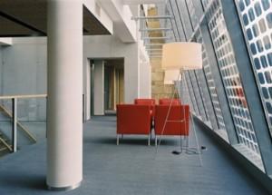 Entresol centrale hal met door PV-cellen gefilterd daglicht