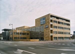 Het corporatie kantoor is ontworpen als de kop van een toekomstig woonblok. Turks travertin strekt zich ook uit over de lichtgebogen vliesgevel