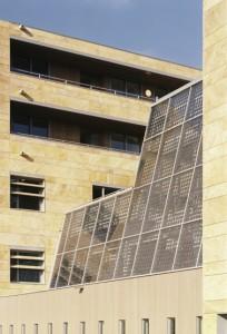 Glaspui tussen de centrale hal en toekomstige binnenhof met in het glas geïntegreerde PV-cellen annex zonwering