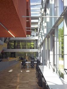 Studiezaal met zicht op de kantoren
