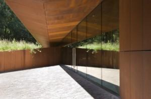 Lijnenspel van dak, wand en glaswand