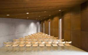 Interieur met opstelling voor lezingen en presentaties