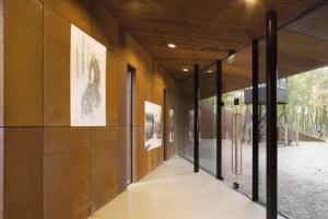 Interieur met expositiepanelen, entree en presentaties