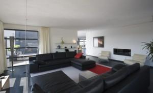 Interieur woonkamer met zicht naar eetkamer en open keuken