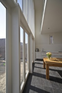De woonkeuken is via een vide verbonden met de eerste verdieping