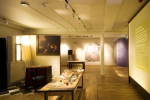 Interieur van de tentoonstellingsruimte; de constructie is gebaseerd op een mogelijke indeling met woningen