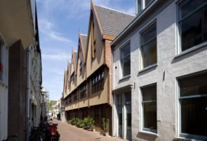De gevel van de vijf woningen in de straatwand van de Vlouw