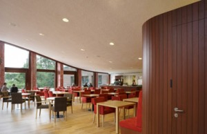 Het restaurant onder het gewelfde grasdak