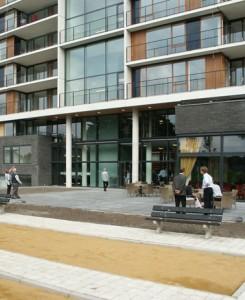 Links het deel met souterrain, midden de centrale hal en rechts het restaurant met terras
