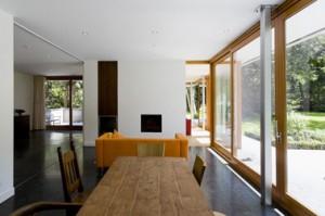 Grote woonruimte op de begane grond kan met schuifdeuren in drie separate ruimten worden verdeeld