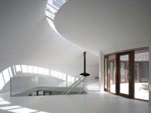 Een glasstrook in het binnendakvlak geeft een spannende lichtval in het woongedeelte