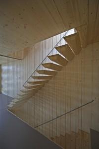 De trap op de tweede verdieping. De stalen ophangconstructie van de treden is geheel weggewerkt. De verticale stalen spandraden dienen louter als valbeveiliging