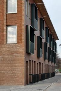De appartementen aan de Alberdingk Thijmstraat met balkonkasten