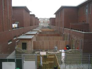 Links de Hasebroekstraat zonder achtertuin, de woningen links hebben zowel achtertuin als terras op de verdieping