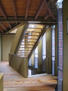Compact trappenhuis achter de knik van het gebouw