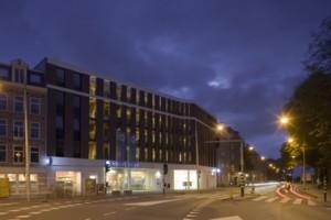 's Avonds manifesteert het gebouw zich als een verlichte icoon