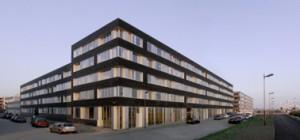 Het gebouw oogt in eerste instantie abstract