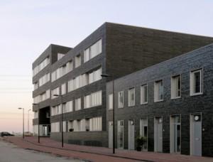 Van links naar rechts het corridorgebouw, een portiekgebouw en eengezinswoningen