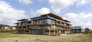 Overzicht vanuit het zuidwesten met op de voorgrond het project van Klunder Architecten, daarnaast het appartementenblok van Roos en Ros