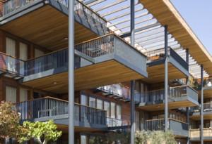 Detail glasgevel met houten balkons
