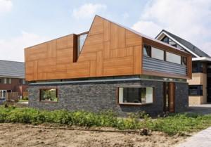 Oost- en noordgevel, dak en verdiepingsgevel zijn bekleed met trespa