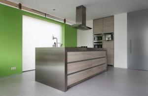 Keuken neemt centrale plaats in, erachter matglazen venster in westgevel