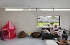 Woonkamer met glazen strook langs plafond