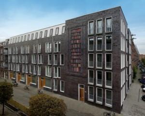 De hoek van de Jacob van Lennepstraat en de Lootsstraat met het kunstwerk van Sanja Medic
