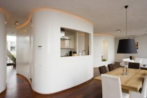 Terugliggende plinten maken de cocons visueel los van de vloer en plafond