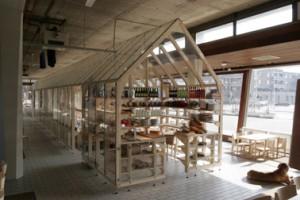 De open constructie van het glazen huis deelt de ruimte in, maar laat deze ook visueel doorlopen