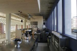 De bar en de keuken zijn als losse elementen aan de achterkant in de ruimte geplaatst