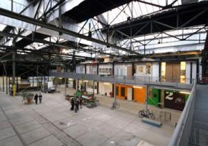 De transparante vloeren van persroosterplaten laten daglicht door op het niveau eronder en bieden ruimte voor ontmoetingen en exposities