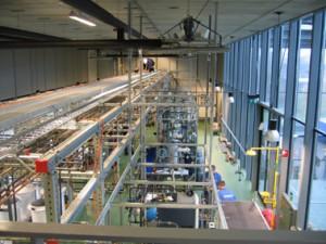 De oefenfabriek staat helemaal vol met opstellingen van buizen, vaten en kranen