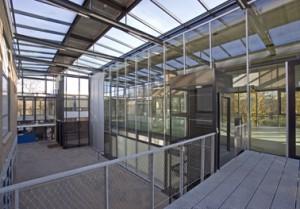 De ruimte tussen de bestaande en nieuwbouw is overkapt met een glazen binnenstraat