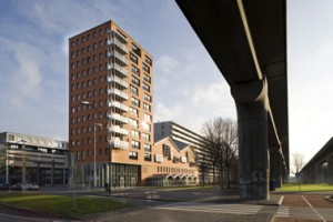 Het gebouw ligt aan een groenzone met metrolijn, uiterst links het Cultureel Educatief Centrum