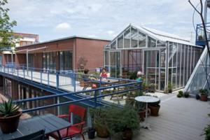 Terras en kas op de eerste verdieping, links de kinderopvang